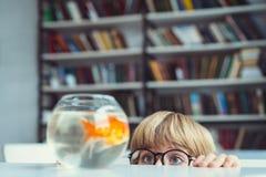 Αγόρι με το goldfish στοκ εικόνες με δικαίωμα ελεύθερης χρήσης