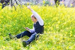 Αγόρι με το PC ταμπλετών Στοκ Εικόνες