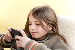 Αγόρι με το smartphone Στοκ φωτογραφία με δικαίωμα ελεύθερης χρήσης
