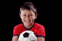 Αγόρι με το soccerball στο μαύρο backgound Στοκ εικόνα με δικαίωμα ελεύθερης χρήσης