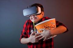 Αγόρι με popcorn στα γυαλιά VR στοκ εικόνα