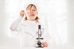 Αγόρι μικροσκοπίων στο μάθημα στοκ εικόνες