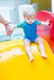 Αγόρι μικρών παιδιών που κολυμπά, που έχει τη διασκέδαση και που παίζει στο νερό Στοκ Εικόνες