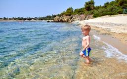 Αγόρι μικρών παιδιών στην παραλία στοκ εικόνες