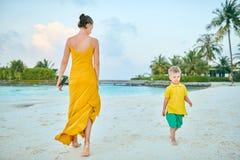 Αγόρι μικρών παιδιών στην παραλία με τη μητέρα στοκ εικόνα