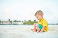 Αγόρι μικρών παιδιών τριάχρονων παιδιών στην παραλία στοκ φωτογραφίες