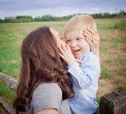 Αγόρι μικρών παιδιών με τη μητέρα Στοκ φωτογραφίες με δικαίωμα ελεύθερης χρήσης