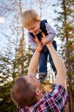 Αγόρι μικρών παιδιών που ο μπαμπάς στοκ φωτογραφίες με δικαίωμα ελεύθερης χρήσης