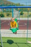 Αγόρι μικρών παιδιών που ταλαντεύεται σε μια ταλάντευση Στοκ φωτογραφίες με δικαίωμα ελεύθερης χρήσης