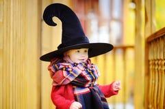 Αγόρι μικρών παιδιών στο δειγμένο καπέλο που παίζει υπαίθρια Στοκ εικόνες με δικαίωμα ελεύθερης χρήσης