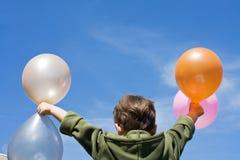 αγόρι μπαλονιών λίγα στοκ φωτογραφία