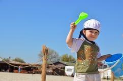 Αγόρι ναυτικών με τα παιχνίδια στην ηλιόλουστη παραλία Στοκ Φωτογραφία