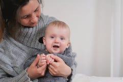 Αγόρι νηπίων εκμετάλλευσης μητέρων Στοκ εικόνα με δικαίωμα ελεύθερης χρήσης