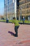 Αγόρι οδών που ανατρέφεται στη σύγχρονη μητρόπολη του Ρότερνταμ στις Κάτω Χώρες Πρακτικές νεαρών άνδρων skateboard του σε ένα τετ στοκ εικόνα με δικαίωμα ελεύθερης χρήσης