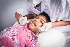 αγόρι δοντιών με εξετασμένος από έναν οδοντίατρο στοκ εικόνα με δικαίωμα ελεύθερης χρήσης