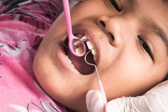 αγόρι δοντιών με εξετασμένος από έναν οδοντίατρο στοκ φωτογραφίες με δικαίωμα ελεύθερης χρήσης