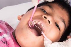αγόρι δοντιών με εξετασμένος από έναν οδοντίατρο στοκ εικόνες
