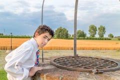 Αγόρι πέρα από καλά Στοκ φωτογραφίες με δικαίωμα ελεύθερης χρήσης