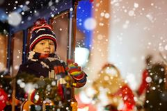 Αγόρι παιδάκι στο ιπποδρόμιο στην αγορά Χριστουγέννων Στοκ εικόνες με δικαίωμα ελεύθερης χρήσης