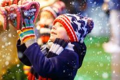 Αγόρι παιδάκι με την καρδιά μελοψωμάτων στα Χριστούγεννα Στοκ φωτογραφίες με δικαίωμα ελεύθερης χρήσης