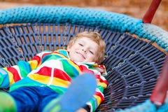 Αγόρι παιδάκι που έχει τη διασκέδαση στην παιδική χαρά φθινοπώρου Στοκ εικόνες με δικαίωμα ελεύθερης χρήσης