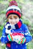 Αγόρι παιδάκι που κρατά το μεγάλο φλυτζάνι με τη σοκολάτα Στοκ φωτογραφία με δικαίωμα ελεύθερης χρήσης
