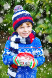 Αγόρι παιδάκι που κρατά το μεγάλο φλυτζάνι με το ποτό σοκολάτας Στοκ Εικόνες