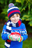Αγόρι παιδάκι που κρατά το μεγάλο φλυτζάνι με το ποτό σοκολάτας Στοκ εικόνες με δικαίωμα ελεύθερης χρήσης