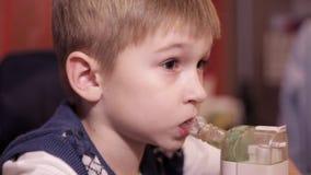 Αγόρι παιδιών με inhaler φιλμ μικρού μήκους