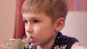 Αγόρι παιδιών με inhaler απόθεμα βίντεο