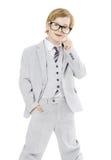 Αγόρι παιδιών στα γυαλιά και το κοστούμι, που απομονώνεται πέρα από το άσπρο υπόβαθρο Στοκ φωτογραφία με δικαίωμα ελεύθερης χρήσης