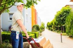 Αγόρι παράδοσης στη κατοικήσιμη περιοχή Στοκ Εικόνες