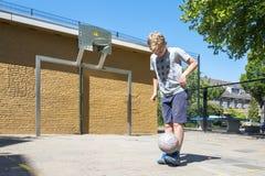 Αγόρι ποδοσφαίρου οδών στοκ εικόνες