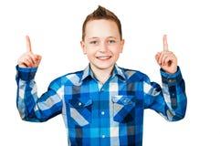 Αγόρι πορτρέτου, που φορά το πουκάμισο, δάχτυλα σημείου επάνω o στοκ φωτογραφίες με δικαίωμα ελεύθερης χρήσης