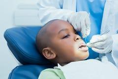 Αγόρι που έχει τα δόντια του εξετασμένων από τον οδοντίατρο Στοκ φωτογραφίες με δικαίωμα ελεύθερης χρήσης