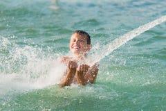 Αγόρι που έχει τη διασκέδαση στο νερό Στοκ φωτογραφία με δικαίωμα ελεύθερης χρήσης