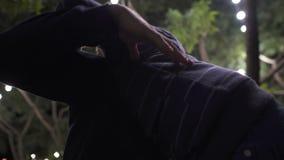 Αγόρι που αγκαλιάζει την παλαιότερη άφιξη αδελφών κατ' οίκον από το κολλέγιο ή το στρατό, ευτυχής συνεδρίαση απόθεμα βίντεο
