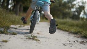 Αγόρι που ανακυκλώνει ένα ποδήλατο τρεξίματος φιλμ μικρού μήκους