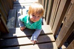 Αγόρι που αναρριχείται στην παιδική χαρά Στοκ Εικόνες