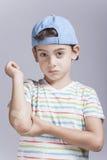 Αγόρι που αντιδρά στον πόνο με τον πληγωμένο βραχίονα Στοκ φωτογραφίες με δικαίωμα ελεύθερης χρήσης