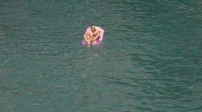 Αγόρι που απολαμβάνει το καλοκαίρι στην παραλία Λα Calobra στη βόρεια ακτή του νησιού της Μαγιόρκα ευρέως στοκ φωτογραφία