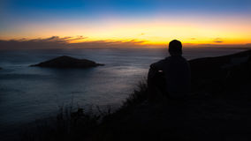 Αγόρι που απολαμβάνει το ηλιοβασίλεμα στην κρυστάλλινη και τυρκουάζ παραλία Στοκ φωτογραφίες με δικαίωμα ελεύθερης χρήσης