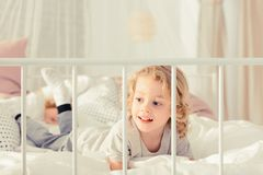 Αγόρι που βάζει στο κρεβάτι στοκ φωτογραφίες με δικαίωμα ελεύθερης χρήσης