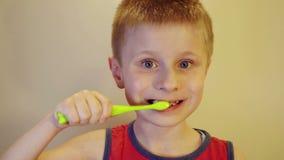 Αγόρι που βουρτσίζει τα δόντια του με μια βούρτσα φιλμ μικρού μήκους