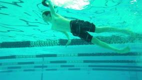 Αγόρι που βουτά στη λίμνη, υποβρύχια άποψη απόθεμα βίντεο