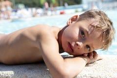 Αγόρι που βρίσκεται στην άκρη της λίμνης Στοκ φωτογραφία με δικαίωμα ελεύθερης χρήσης