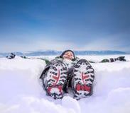 Αγόρι που βρίσκεται στο βαθύ χιόνι στο λόφο βουνών Στοκ φωτογραφίες με δικαίωμα ελεύθερης χρήσης