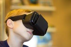 Αγόρι που δοκιμάζει την εικονική πραγματικότητα Στοκ Φωτογραφίες