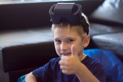 Αγόρι που δοκιμάζει την εικονική πραγματικότητα Στοκ εικόνα με δικαίωμα ελεύθερης χρήσης