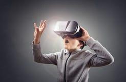 Αγόρι που δοκιμάζει χρησιμοποιώντας μια κάσκα εικονικής πραγματικότητας Στοκ εικόνα με δικαίωμα ελεύθερης χρήσης